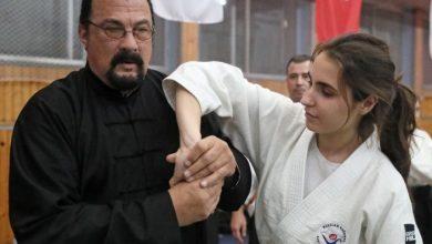 """Photo of Шарлиз Терон го нападна """"дебелиот"""" Стивен Сегал кој не е многу фин со жените"""