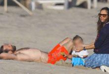Photo of Џенифер Гарнер и Бредли Купер заедно на плажа
