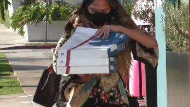 Photo of Криси Тејген ги почести папараците со пица (видео)
