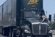 Photo of Минал 15 километри закачен на шофершајбна од камион (видео)