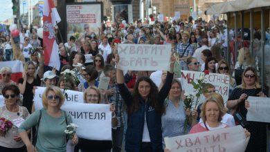 Photo of Полицијата во Минск спушти штитови во знак на солидарност со демонстрантите (видео)