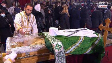 Photo of ВИДЕО: Верниците без маска го бакнуваат ковчегот на патријархот Иринеј
