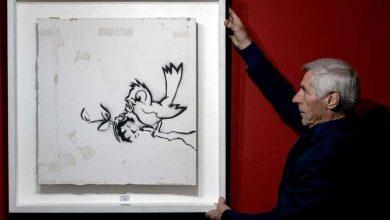 """Photo of """"Птицата со граната"""" на Бенкси продадена за 170.000 евра"""