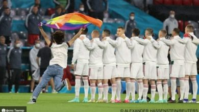 Photo of Навивач со знаме со боите на виножитото влезе на теренот за време на интонирање на химната на Унгарија пред натпреварот против Германија