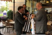 Photo of Шилегов му подари дрес од Јувентус на Рама