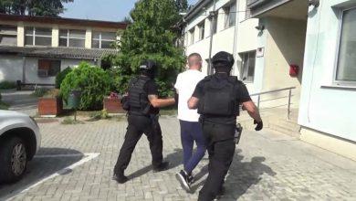 Photo of (Видео) Приведени 12 лица кои тргувале со дрога и оружје, меѓу нив и полициски службеник