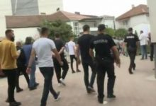 Photo of ВИДЕО: Роднините на загинатите во пожарот во модуларната болница со јајца гаѓаа кон зградата на Општина Тетово