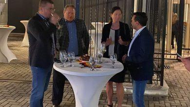 Photo of ФОТО: Заев, Мицкоски и Холштајн со колбаси и пиво ги следат резултатите во Германија