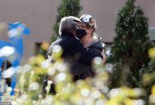Photo of ФОТО:  Сопругот на убиената Халина Хачинс го прегрна Алек Болдвин