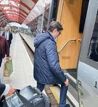 Photo of Пендаровски во Шведска користи јавен транспорт, се возеше во воз и проба локален специјалитет